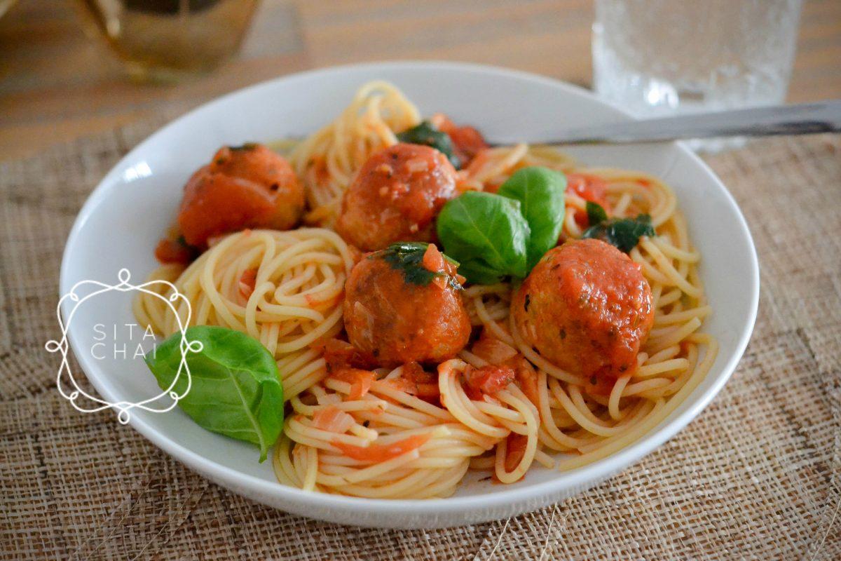 spaghetti met gehaktballetjes van kip in tomatensaus
